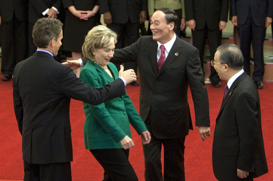 在开幕仪式前,中国国务委员戴秉国(右)看着美国财政部长盖特纳(左一)与中国国务院副总理王岐山(右二)越过美国国务卿希拉里握手。CFP/图