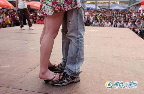 年轻人享受着爱的滋味 摄影记者:梁萌