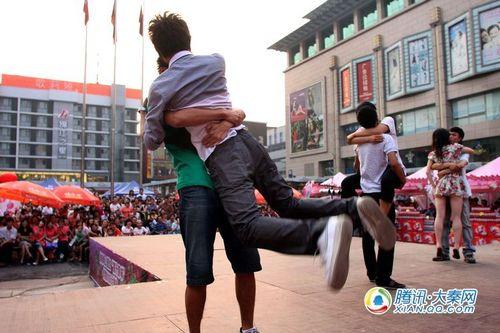 参加KISS大赛选手中来了两位男孩组合 摄影记者:梁萌