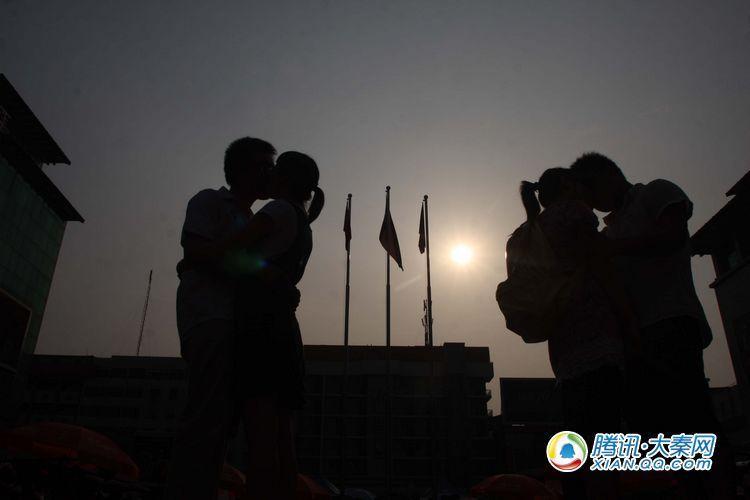 参加KISS大赛的年轻人在阳光下留下美丽剪影 摄影记者:梁萌