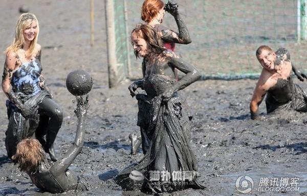 疯狂美女泥巴大战 论坛组图