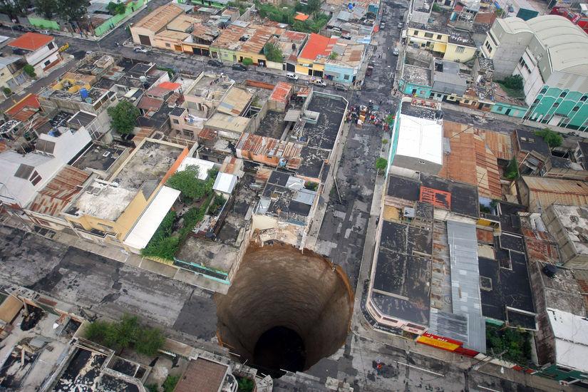 当地时间2010年5月31日,危地马拉,热带风暴Agatha袭击危地马拉,地面塌陷形成大坑。HO / 东方IC 版权作品,请勿转载