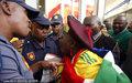 南非球迷闹事被赶