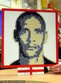 费迪南德用积木堆自画像