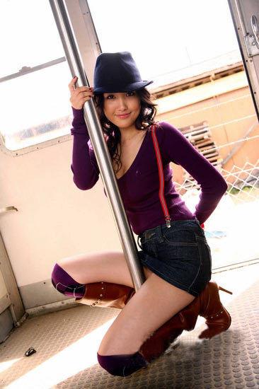 牛仔短裙美女 车厢内写真