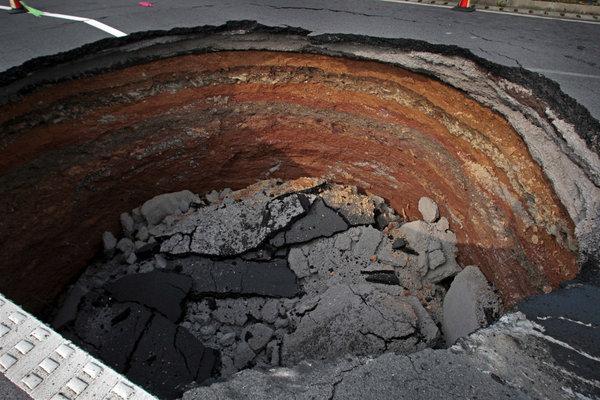 2010年6月4日,浙江衢州,高速公路出现大圆巨坑。摄影:姜胜利/CFP