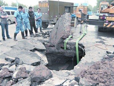 图为武汉徐东大街路面塌陷。