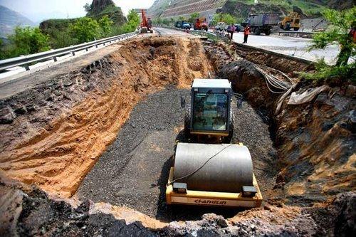 兰州一高速路塌陷致9米宽大坑