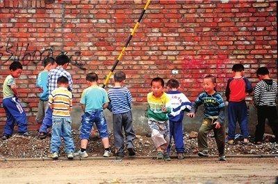上厕所里的初中小便哈尔滨124吗学校是学校图片