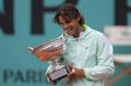 组图:纳达尔成就法网五冠王 大咬奖杯庆祝