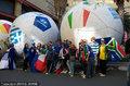 约堡街头现巨型足球