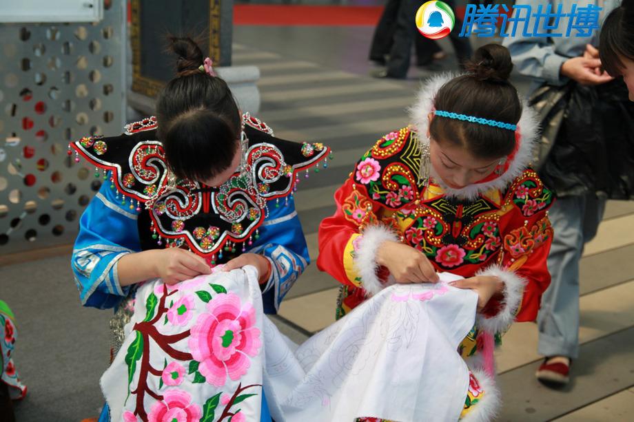 羌族姐妹花正在绣一幅作品