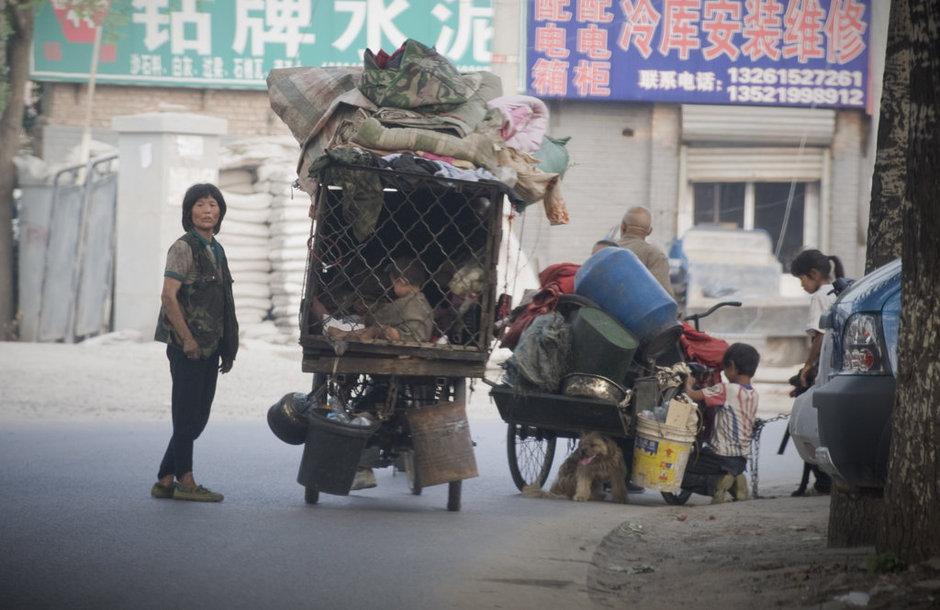 流浪者带着全部家当以及孩子和狗离去。摄影:蒲东峰/CFP