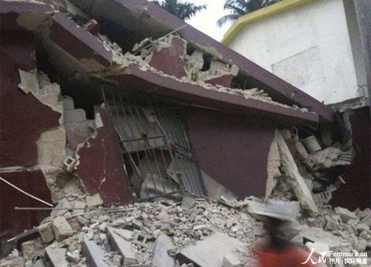 2010年1月12日,海地,太子港:地震中被震塌的房屋。