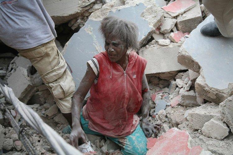海地首都太子港变为一片废墟。图为悲伤的民众。