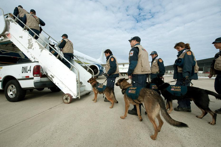 美国救援队准备出发。