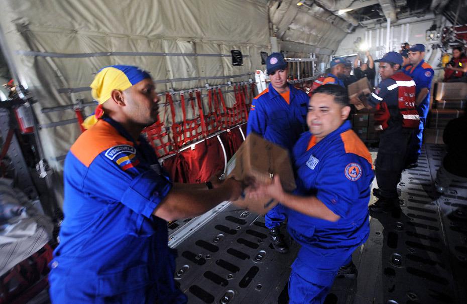 委内瑞拉救援物资正在紧张装备中。