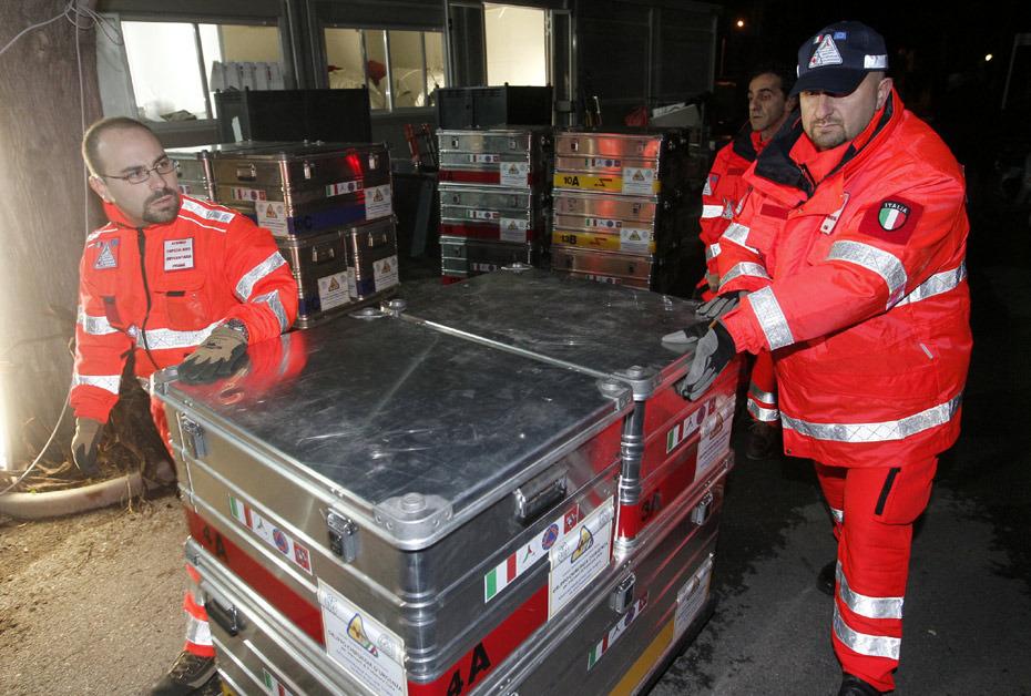图为意大利救援队正在装备救援物资。
