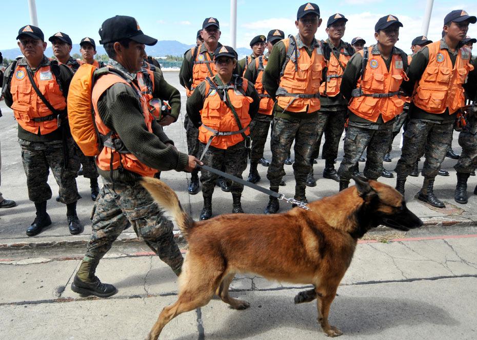 图为危地马拉救援队。