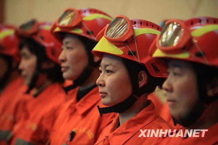 2010年1月13日下午,中国国家地震救援队员在首都机场集结准备出发。