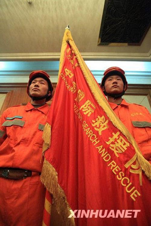 2010年1月13日下午,在北京首都机场,身着橘红色救援服、头戴红黄相间救援盔的中国国际救援队整装待发,准备前往发生强烈地震的海地执行救援任务。