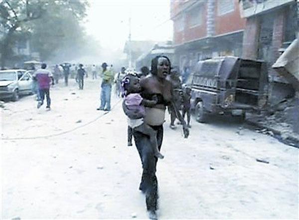 一妇女抱着孩子惊魂未散。
