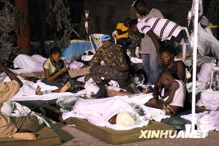1月13日,巴西维和部队在其驻海地太子港总部搭设临时救助中心,救助地震灾民。新华社/巴西通讯社