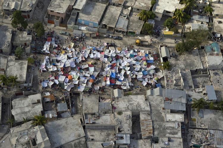 部分灾民在救灾帐篷中生活