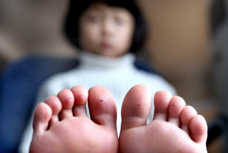 小脚丫 小女孩在酒店的水池里玩耍后