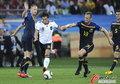 图文:德国VS澳大利亚 厄齐尔带球突破