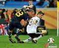 图文:德国VS澳大利亚 格雷拉防守穆勒