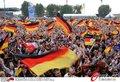 图文:德国4-0澳大利亚 球迷疯狂庆祝(90)