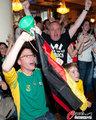 图文:德国4-0澳大利亚 球迷疯狂庆祝(98)