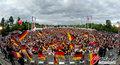图文:德国4-0澳大利亚 球迷疯狂庆祝(101)