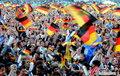 图文:德国4-0澳大利亚 球迷疯狂庆祝(109)