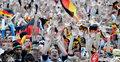 图文:德国4-0澳大利亚 球迷疯狂庆祝(113)