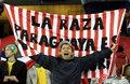 图文:意大利1-1巴拉圭 球迷冒雨助威(35)