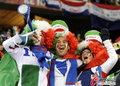 图文:意大利1-1巴拉圭 球迷冒雨助威(45)