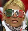图文:意大利1-1巴拉圭 球迷冒雨助威(46)