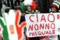 图文:意大利1-1巴拉圭 球迷冒雨助威(50)