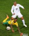图文:南非0-3乌拉圭 倒地依然坚持