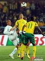 图文:南非0-3乌拉圭 奋不顾身争球