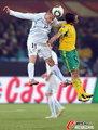 图文:南非0-3乌拉圭 飞顶头球