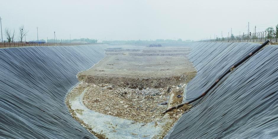 北京市丰台区永合庄垃圾填埋场(图片摄于2009年4月,北纬39°49′01″ 东经116°16′04″)