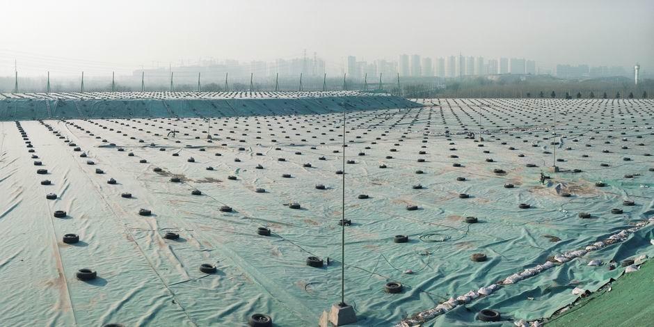 北京市朝阳区高安屯垃圾填埋场(图片摄于2009年12月,北纬39°56′36″ 东经116°36′56″)