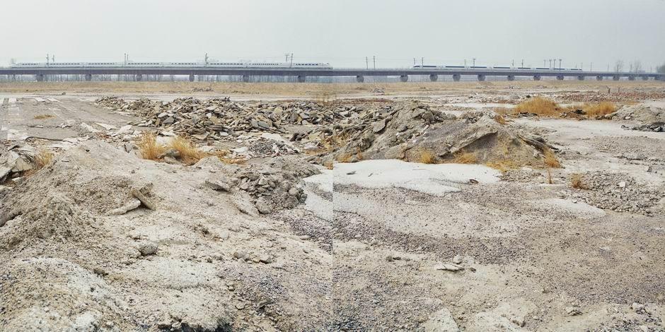 京津高速铁路建设工地的残留物(图片摄于2009年4月,北纬39°49′48″ 东经116°34′04″)