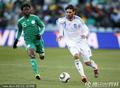 图文:希腊VS尼日利亚 带球狂奔
