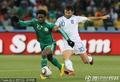图文:希腊VS尼日利亚 突破对手