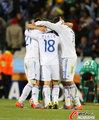 图文:希腊2-1尼日利亚 希腊队拥抱庆祝