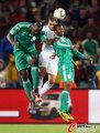 图文:希腊2-1尼日利亚 双人夹击对手